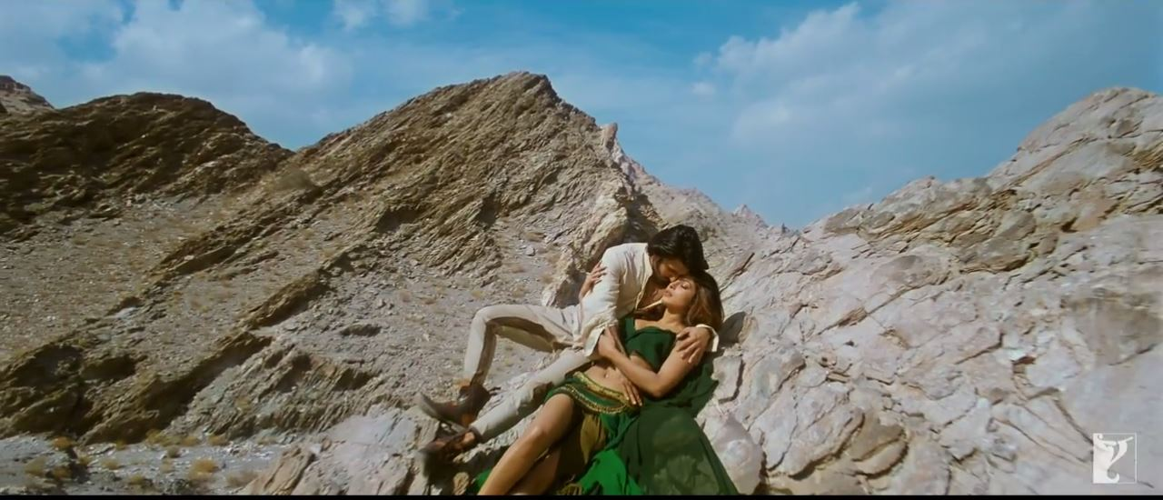 Hill Side Love Of Bikram And Nandita In Gunday Movie Video Song JIya