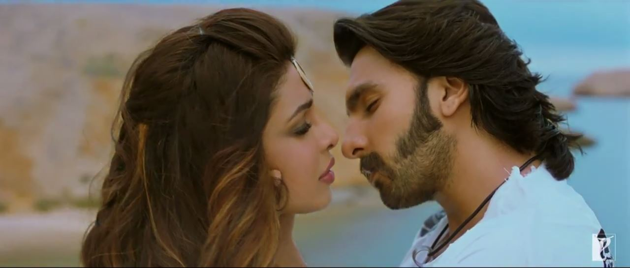 Kissing Scene OF Priyanka Chopra And Ranveer Singh In JIya Song - Gunday (2014)