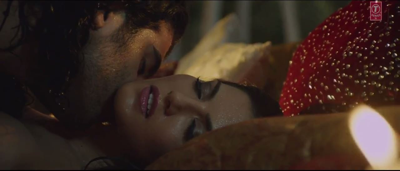 Ragini MMS 2 - Kissing Scene of Sizzling Beauty Sunny Leone In Maine Khud Ko Song