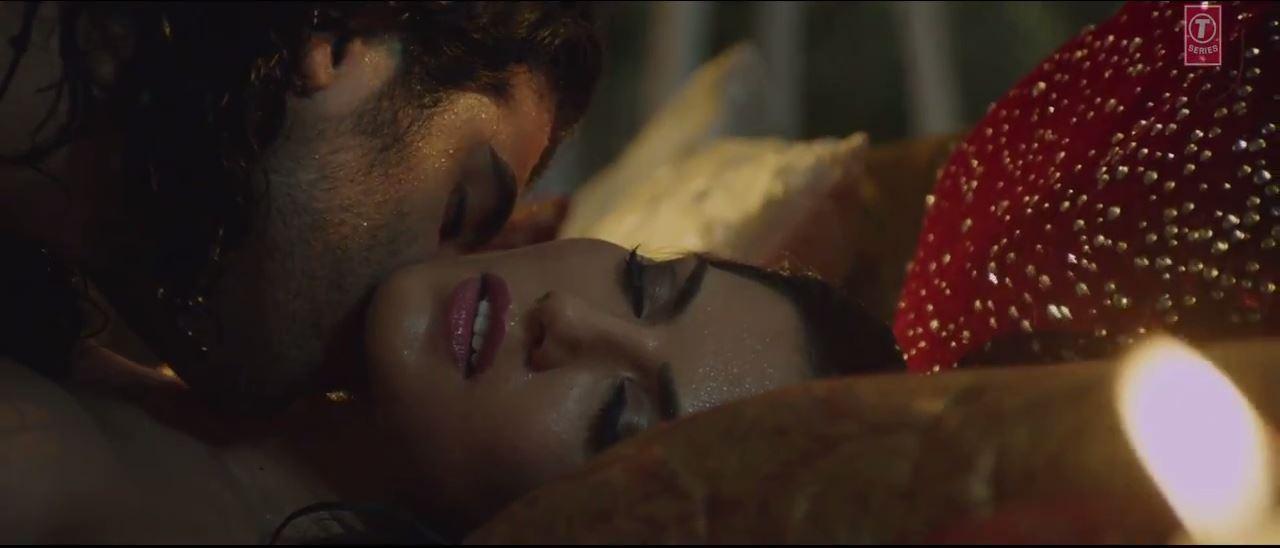 Ragini MMS 2 - Kissing Scene of Sizzling Beauty Sunny Leone In Maine Khud Ko Song
