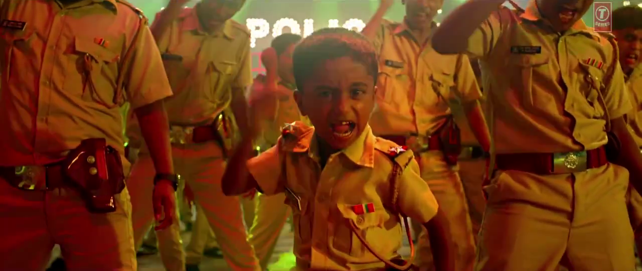 Funny Child Artist in Aata Majhi Satakli HD Video Song - Singham Returns