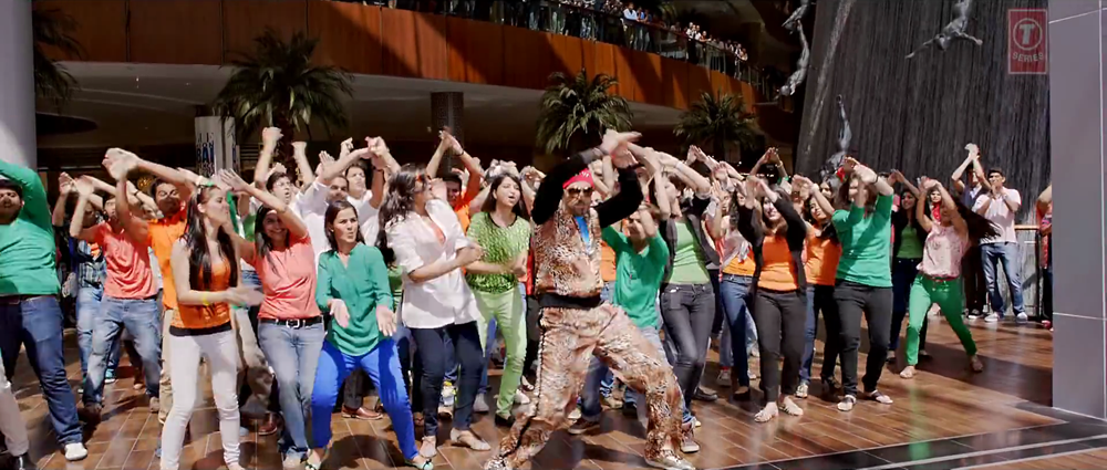 Abhishek Bachchan Dancing with Fans in Happy New Year Movie