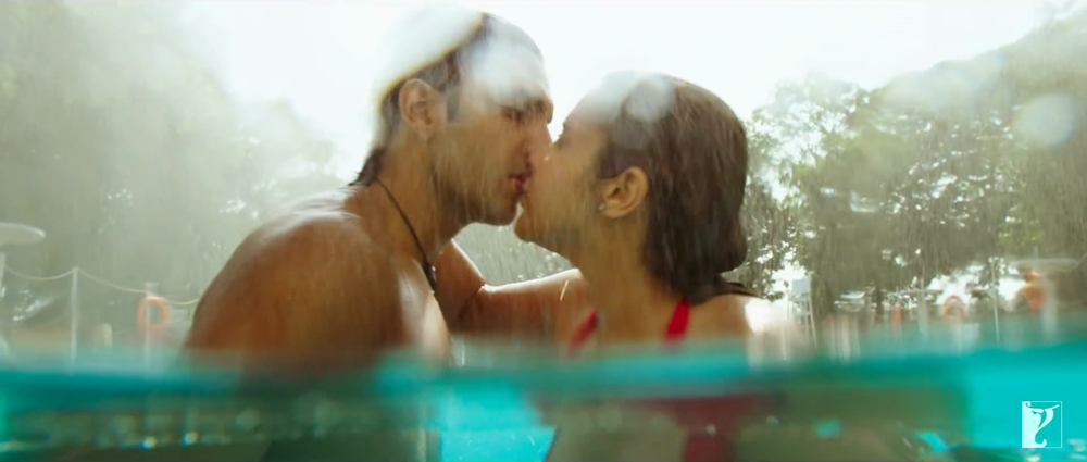 Ranveer Singh With Parineeti Chopra Lip Kiss in Swimming Pool from Sweeta Song