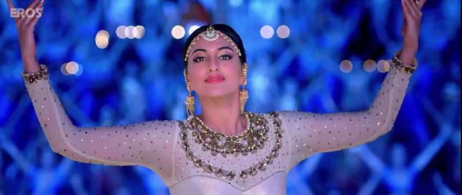 Sonakshi Sinha Beautiful Dance in Radha Nachegi Lyrics